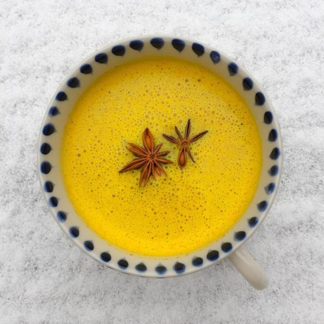 Warming turmeric and spices latte on this cold day ✨❄️✨This is probably the perfect anti-inflammatory drink! Whether you are experiencing cold and flu symptoms or any pains and aches, the turmeric latte will have you covered. Research show that turmeric can also be beneficial with Alzheimer's, endometriosis, inflammatory bowel disease, psoriasis, rheumatoid arthritis and more. For this recipe I have used fresh turmeric which is not the most potent form- dry is, but certainly the most delicious 😋 You'll need one thumb size of Fresh turmeric, about a quarter of a thumb size of fresh ginger and half a teaspoon of cinnamon. To potentiate the absorption of turmeric I have added a crack of black pepper and a bit of coconut oil. Add to a blender with a cup of almond milk and give it a good whizz ⚡️ then warm it up in a pan or use the froth maker on your coffee machine 😘